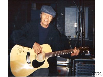 Bowie regala due chitarre per raccogliere fondi per la B.A.D.D. 3