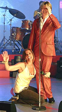 """David Bowie a """"Quelli che il calcio"""" 2002 con Simona Ventura (Rai 2) 1"""