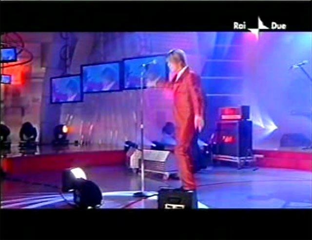 """David Bowie a """"Quelli che il calcio"""" 2002 con Simona Ventura (Rai 2) 9"""