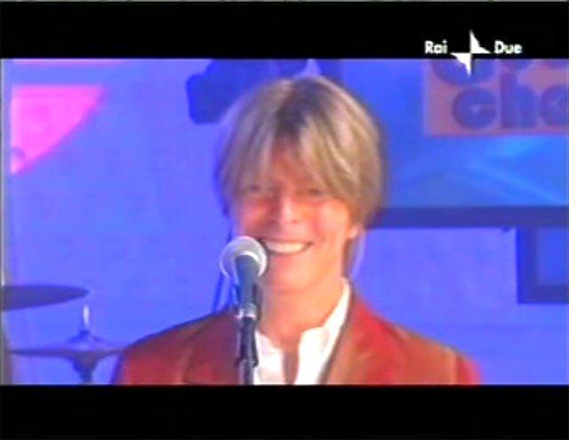 """David Bowie a """"Quelli che il calcio"""" 2002 con Simona Ventura (Rai 2) 10"""
