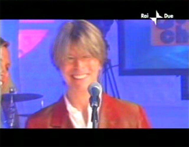 """David Bowie a """"Quelli che il calcio"""" 2002 con Simona Ventura (Rai 2) 11"""