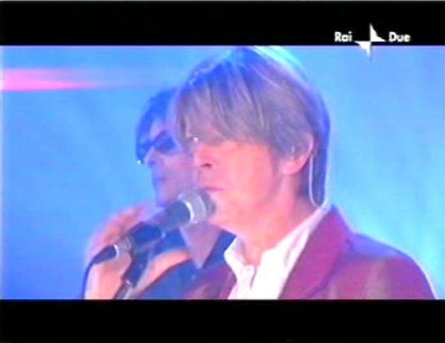 """David Bowie a """"Quelli che il calcio"""" 2002 con Simona Ventura (Rai 2) 12"""