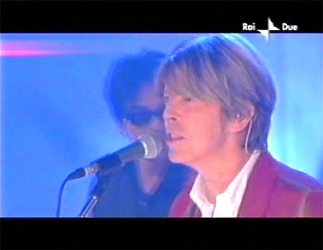 """David Bowie a """"Quelli che il calcio"""" 2002 con Simona Ventura (Rai 2) 13"""
