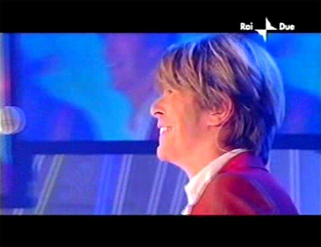 """David Bowie a """"Quelli che il calcio"""" 2002 con Simona Ventura (Rai 2) 14"""