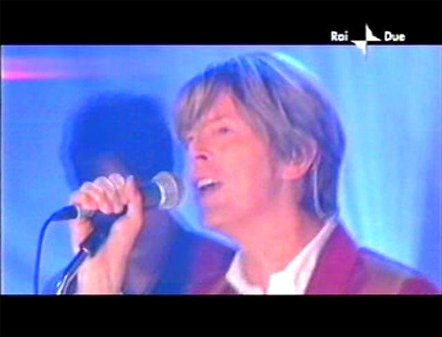 """David Bowie a """"Quelli che il calcio"""" 2002 con Simona Ventura (Rai 2) 16"""