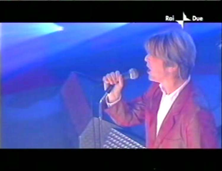 """David Bowie a """"Quelli che il calcio"""" 2002 con Simona Ventura (Rai 2) 17"""