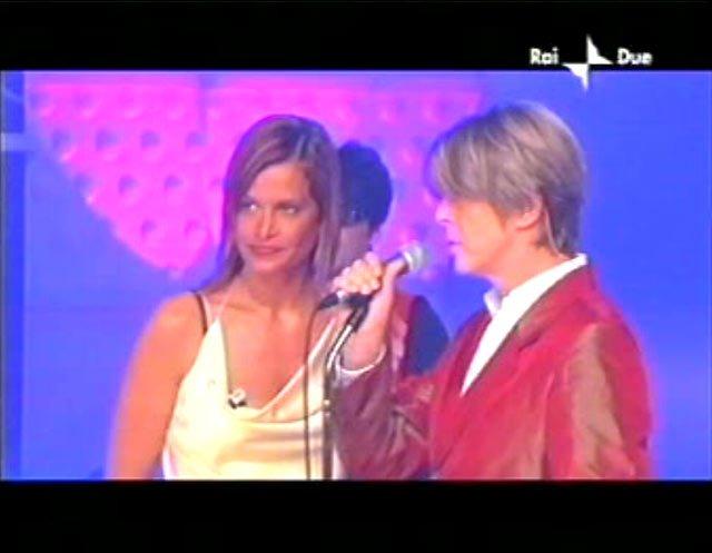 """David Bowie a """"Quelli che il calcio"""" 2002 con Simona Ventura (Rai 2) 2"""