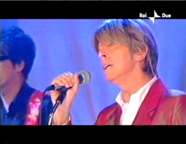 """David Bowie a """"Quelli che il calcio"""" 2002 con Simona Ventura (Rai 2) 3"""