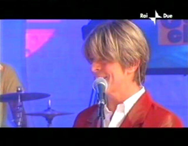 """David Bowie a """"Quelli che il calcio"""" 2002 con Simona Ventura (Rai 2) 4"""
