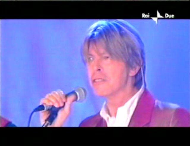 """David Bowie a """"Quelli che il calcio"""" 2002 con Simona Ventura (Rai 2) 5"""