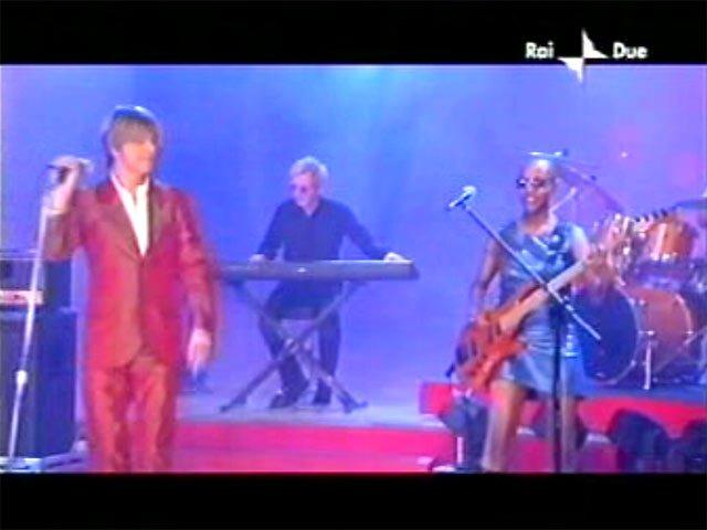 """David Bowie a """"Quelli che il calcio"""" 2002 con Simona Ventura (Rai 2) 6"""