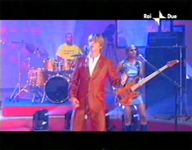 """David Bowie a """"Quelli che il calcio"""" 2002 con Simona Ventura (Rai 2) 7"""