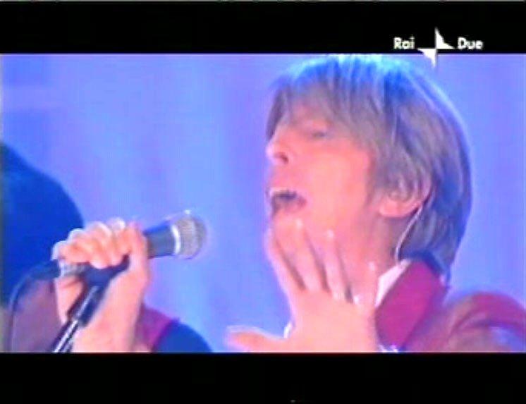 """David Bowie a """"Quelli che il calcio"""" 2002 con Simona Ventura (Rai 2) 8"""