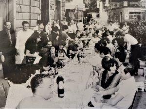 Bowie monsummano in piedi a tavola